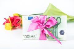 Une pile des billets de banque a rapporté le ruban sur le cadeau Photo stock
