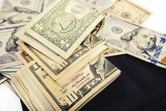 Une pile des billets de banque des USA avec des portraits de président Argent liquide des billets d'un dollar, fond d'image du do Images libres de droits