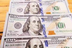 Une pile des billets de banque des USA avec des portraits de président Argent liquide des billets d'un dollar, fond d'image du do Images stock