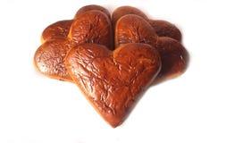 Une pile des biscuits en forme de coeur sur le fond blanc Photos libres de droits