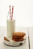 Une pile des biscuits sablés ronds et d'une bouteille de lait, sur W Images libres de droits