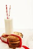 Une pile des biscuits sablés ronds et d'une bouteille de lait, sur W Image libre de droits
