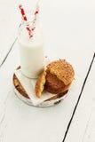 Une pile des biscuits sablés ronds et d'une bouteille de lait, sur W Photos stock