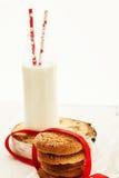 Une pile des biscuits sablés ronds et d'une bouteille de lait, sur W Photo stock