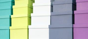 Une pile des boîtes colorées, fond de félicitations de concept de cadeau, bannière de Web image libre de droits