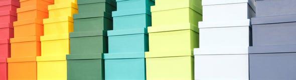 Une pile des boîtes colorées, fond de félicitations de concept de cadeau, bannière de Web photographie stock libre de droits