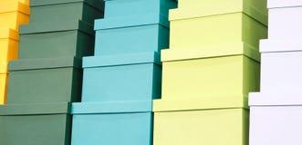 Une pile des boîtes colorées, fond de félicitations de concept de cadeau, bannière de Web image stock