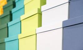 Une pile des boîtes colorées, fond de félicitations de concept de cadeau, bannière de Web photo libre de droits