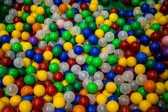 Une pile des boules en plastique colorées images stock