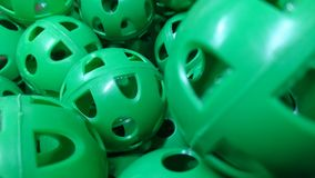 Une pile des boules en plastique perforées vertes de pratique Photographie stock