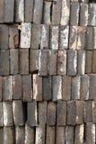 Une pile des briques grises de manière opérationnelle, regardant le long bord des briques photographie stock libre de droits