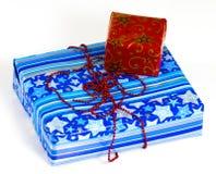 Une pile des cadeaux colorés de Noël d'isolement sur le blanc Photo libre de droits