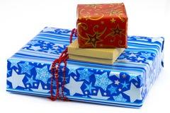 Une pile des cadeaux colorés de Noël d'isolement sur le blanc Photographie stock