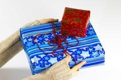 Une pile des cadeaux colorés de Noël d'isolement sur le blanc Images stock