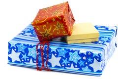 Une pile des cadeaux colorés de Noël d'isolement sur le blanc Image libre de droits