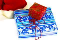 Une pile des cadeaux colorés de Noël sur le blanc Image libre de droits