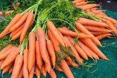 Une pile des carottes à vendre Photographie stock