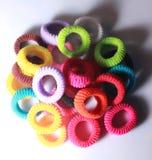Une pile des cheveux élastiques colorés se réunit avec l'éclairage latéral Photo libre de droits