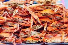 Une pile des crabes bleus bouillis sur le marché en plein air Image libre de droits