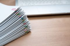 Une pile des documents images stock