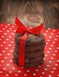 Une pile des gâteaux aux pépites de chocolat dans un paquet de fête Plan rapproché Photo stock