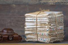 Une pile des lettres et d'un appareil-photo Image libre de droits