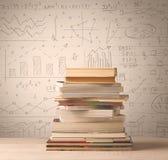Une pile des livres avec des formules de maths écrites dans le style de griffonnage Photo libre de droits