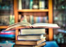 Une pile des livres dans le hdr Photos stock