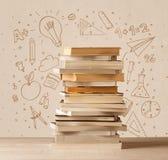 Une pile des livres sur la table avec des croquis tirés par la main de griffonnage d'école Photo stock