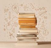 Une pile des livres sur la table avec des croquis tirés par la main de griffonnage d'école Photographie stock libre de droits