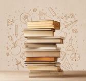 Une pile des livres sur la table avec des croquis tirés par la main de griffonnage d'école Images libres de droits