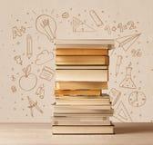 Une pile des livres sur la table avec des croquis tirés par la main de griffonnage d'école Photos stock