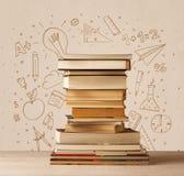 Une pile des livres sur la table avec des croquis tirés par la main de griffonnage d'école Photographie stock
