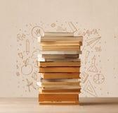 Une pile des livres sur la table avec des croquis tirés par la main de griffonnage d'école Images stock
