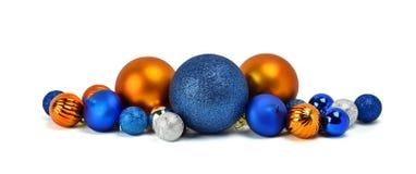 Une pile des ornements de Noël, boules colorées / D'isolement sur le whi Image libre de droits