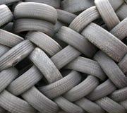 Une pile des pneus jetés utilisés Photo stock
