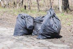 Une pile des sachets en plastique noirs d'ordures image stock