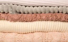 Une pile des vêtements sur la table dans différentes couleurs photo stock