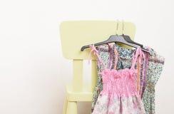 Une pile des vêtements sur le fond blanc photo libre de droits