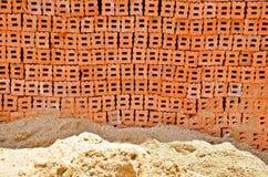 Une pile du sable et de la brique Photographie stock libre de droits