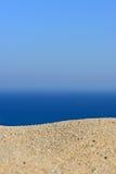 Une pile du sable sur une plage contre la mer et le ciel Images libres de droits