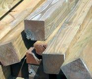 Une pile ensoleillée de bois de charpente endommagé photographie stock libre de droits