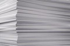 Une pile plus grande d'un papier Photo stock