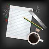 Une pile vide de papier, d'un crayon et d'une tasse de café au-dessus d'un bureau Photo stock