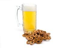 Une pinte de bière et de bretzels salés photo stock