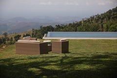 Une piscine avec la belle vue à la vallée photographie stock libre de droits