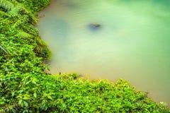 Une piscine de courant dans une montagne profonde Image stock
