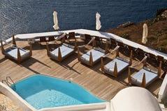 Une piscine donne sur la caldeira de Santorini Images libres de droits