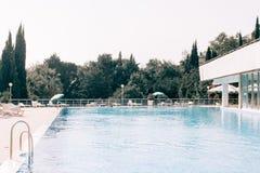 Une piscine et une maison photos libres de droits