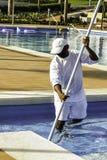 Une piscine extérieure plus propre sur la station de vacances Photo libre de droits